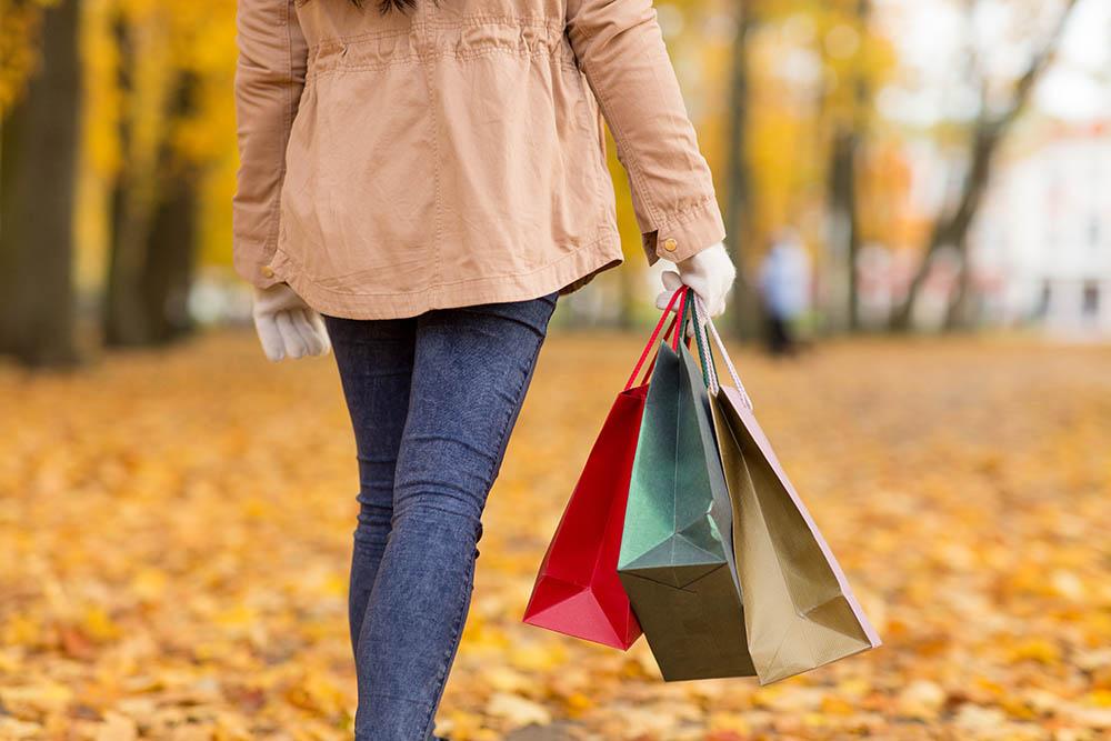 Frau geht im Herbst einkaufen
