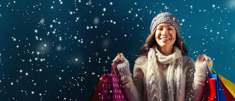 Frau beim Einkaufen im Schnee