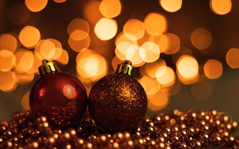 Weihnachtskugeln mit Bokeh-Effekt