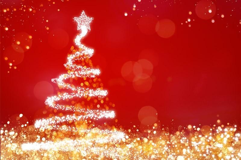 Roter Hintergrund mit Weihnachtsbaum aus Lichtern