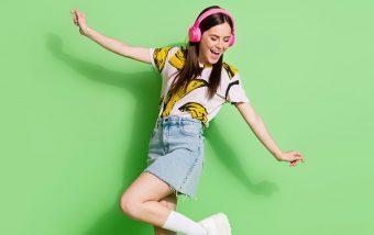 Frau tanzt zur neuen Aicherpark Outlet Shopping Playlist
