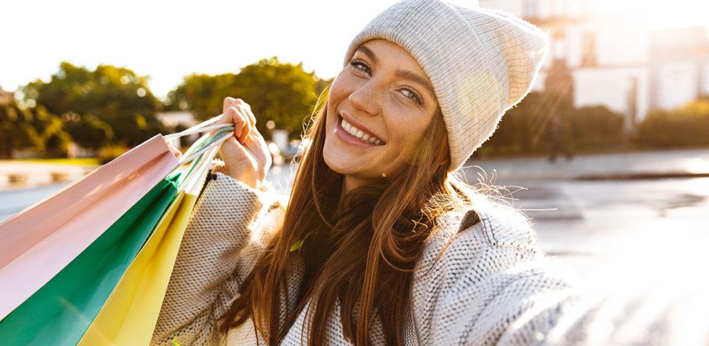 Frau beim Shoppen im Herbst
