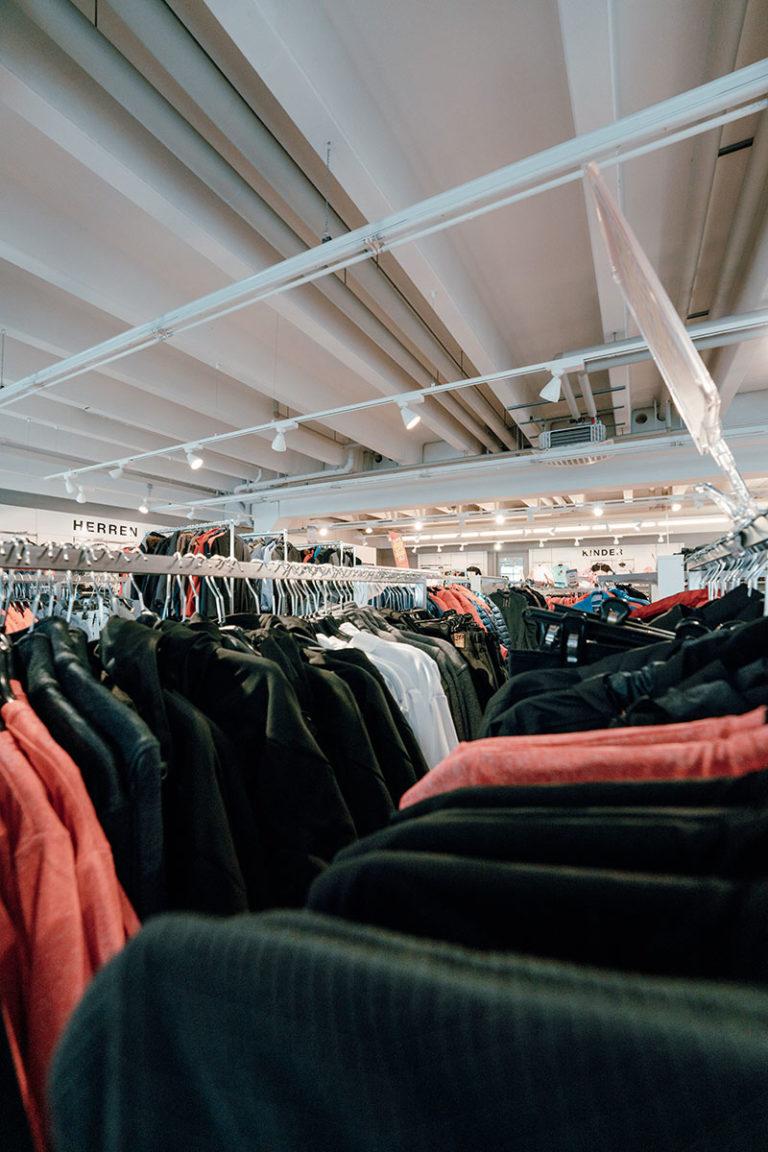 Bilder von Klamotten im Laden