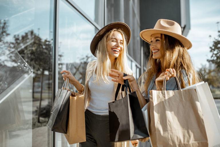 Zwei Frauen beim Shoppen im Sommer