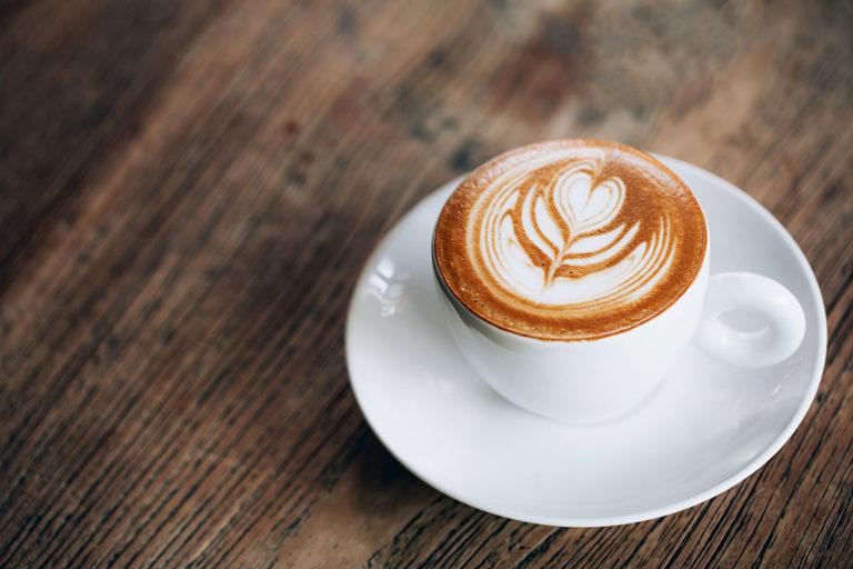 Kaffe mit einer Herz-Blume
