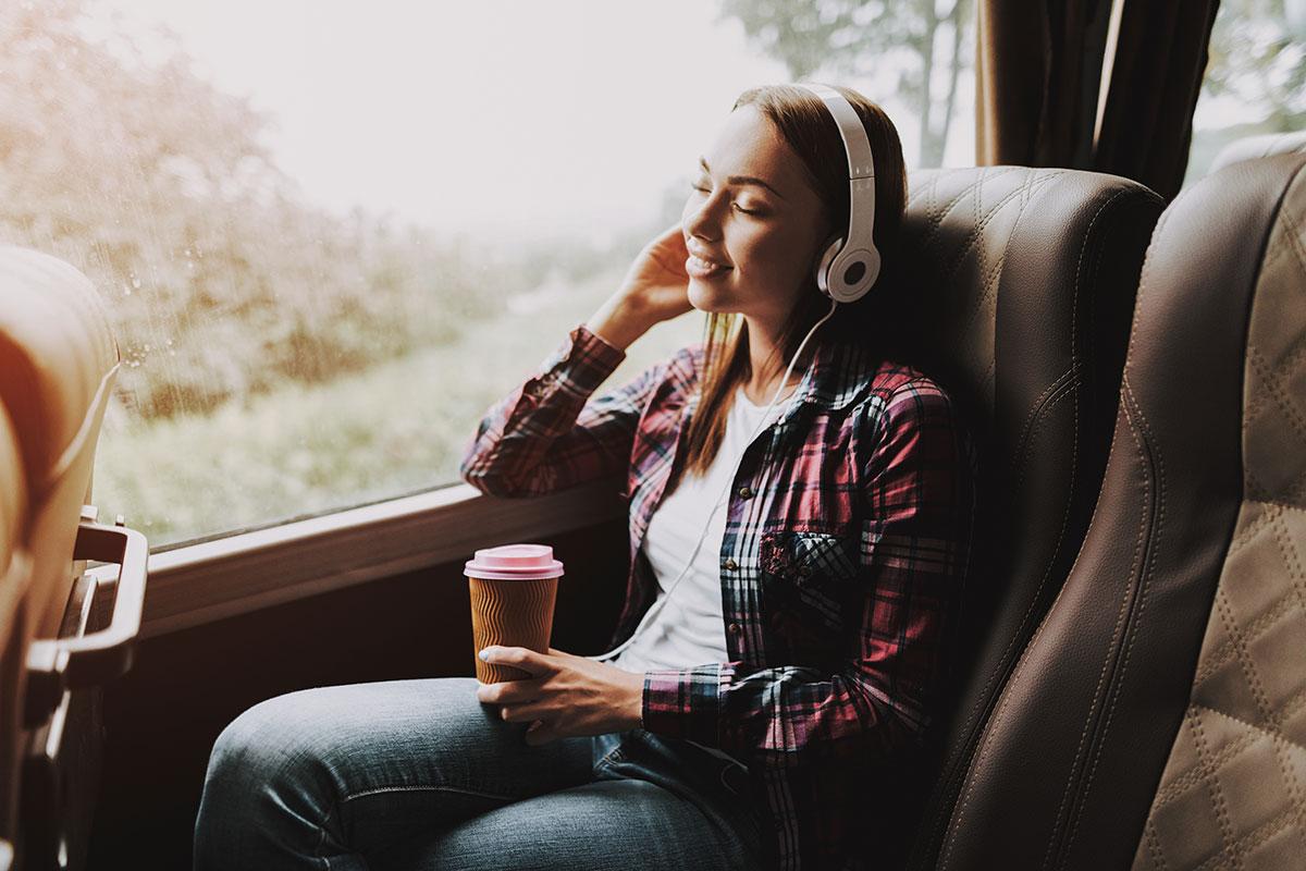 Frau im Zug hört die neue Spotify Playlist vom Aicherpark