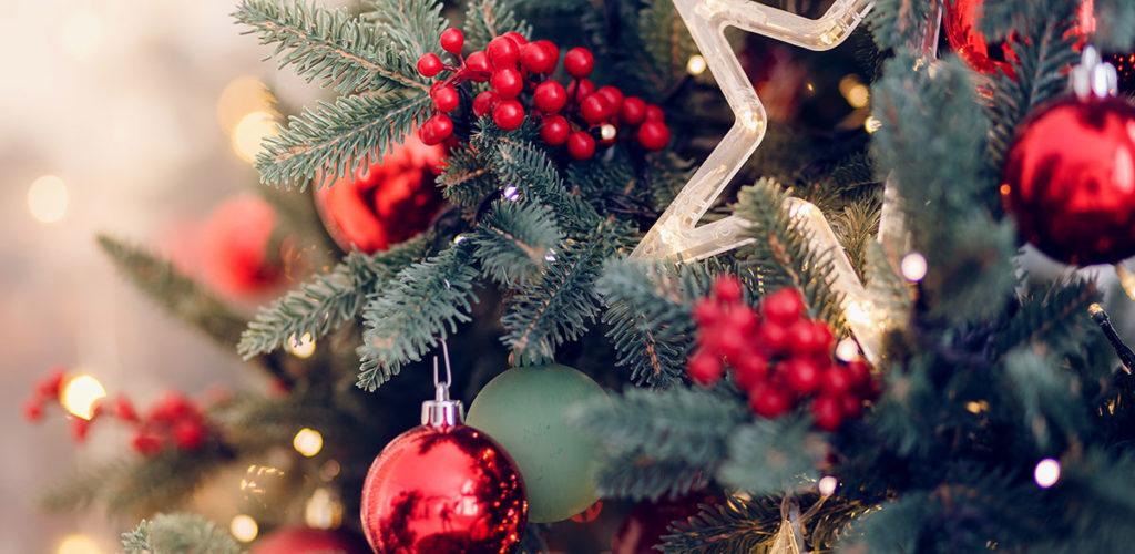 Weihnachtsbaum mit roten Akzenten